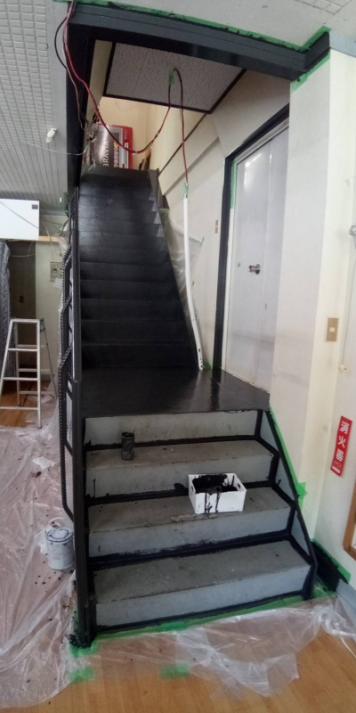 階段塗装中