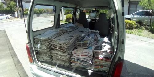 積み込まれた新聞紙